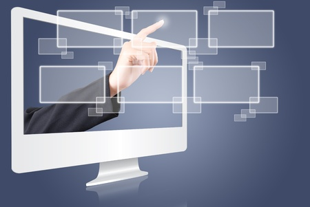 pushing the button: Mano presionando el bot�n de la pantalla del monitor. Foto de archivo