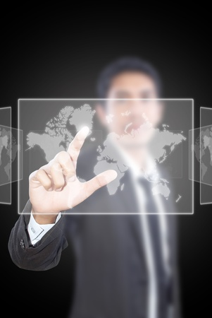 pushing the button: Hombre de negocios asi�tico presionando el bot�n en la pizarra.