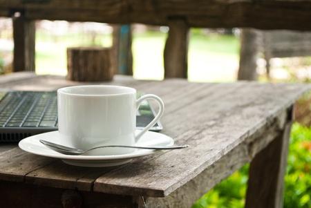 tasse: Tasse � caf� et un ordinateur portable pour les entreprises.