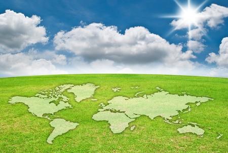 mapas conceptuales: Mapa del mundo en el campo de hierba Foto de archivo