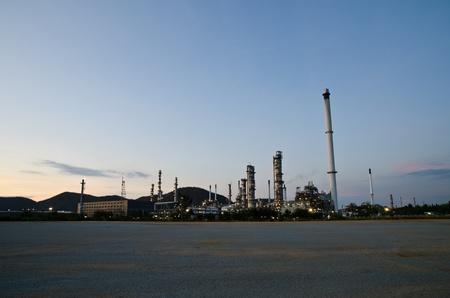 industria petroquimica: Industria petroqu�mica en la puesta de sol cielo azul oscuro Editorial