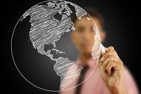 Geschäftsmann Zeichnung World Map Globe Linie auf das Whiteboard
