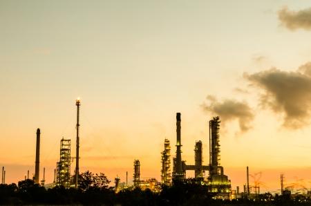 petrochemie industrie: Olieraffinaderij silhouet in de schemering donker blauwe hemel