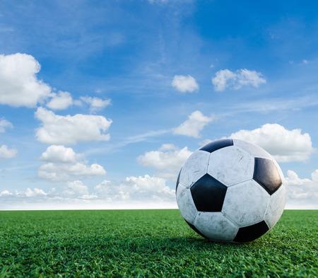 field  soccer: F�tbol F�tbol en la textura de la hierba verde en el campo de f�tbol con Sky