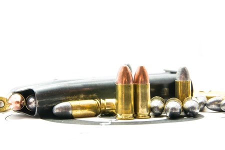 Kanon en kogels op schietbaan Geïsoleerd op de witte achtergrond.