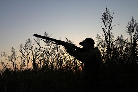 cazador: Silueta de los cazadores sobre un fondo de un amanecer ma�ana  Foto de archivo