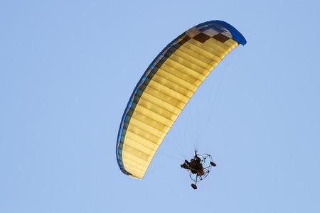 motorizado: parapente en vuelo Foto de archivo