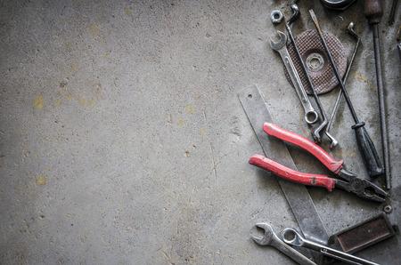 werkzeug: Vintage-Stil Bild von Leerstelle auf Betonboden, die eine Menge von alten Werkzeugen als Requisiten in der Szene haben, Lizenzfreie Bilder