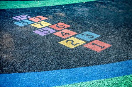 niños en recreo: Una imagen de varios colores en el patio Foto de archivo