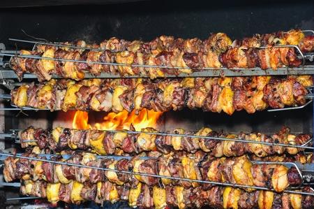 pollo rostizado: piezas de pollo, carne de res y cerdo de asado Foto de archivo