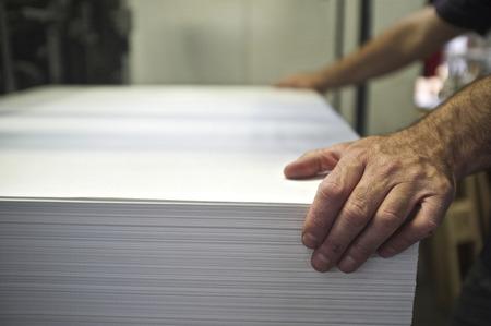 imprenta: primer plano de carga manual de papel offset m�quina de impresi�n Foto de archivo
