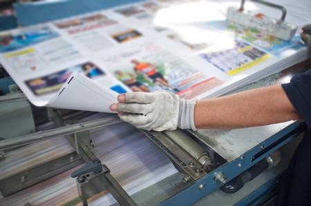 imprenta: pulse acabado posterior l�nea m�quina: corte, recorte, libro en r�stica y vinculante Foto de archivo
