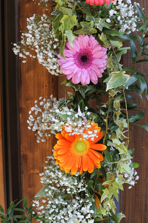 spring floral hanging on rustic wooden 版權商用圖片