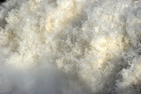 detail of the foamy and powerful water that moves violently 版權商用圖片