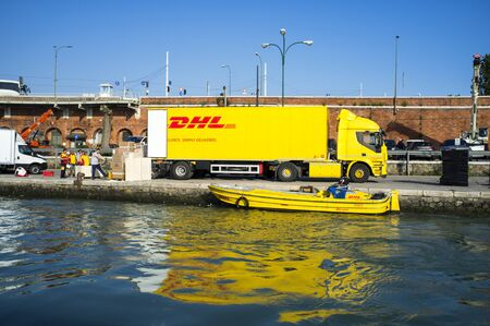 10 may 2019, Venice, Italy - DHL ( DHL Express Delivery Services & International Shipping) operations during the unloading and loading phases in Venice 新聞圖片