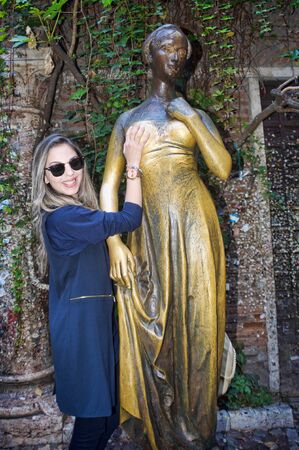 Tradition of touching Juliet statue breast in Verona, Italy 版權商用圖片