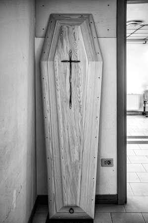 coffin lid on mortuary wall 版權商用圖片