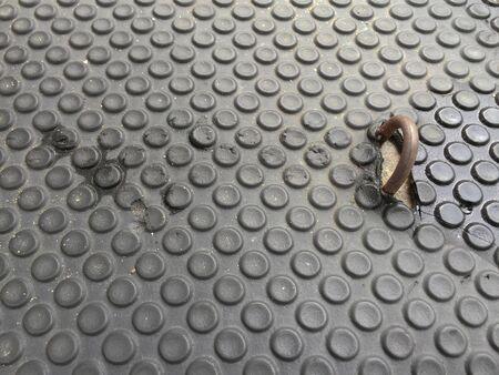 garra: Viejo fondo de goma piso con garra de hierro. Garra de hierro Enfoque