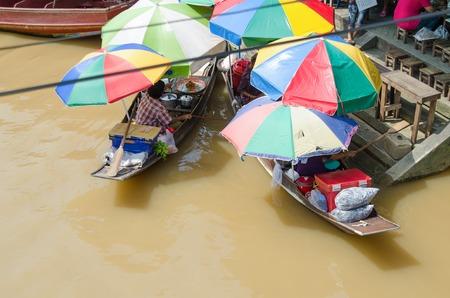 amphawa: AMPHAWA,THAILAND - OCTOBER 12 : Trader