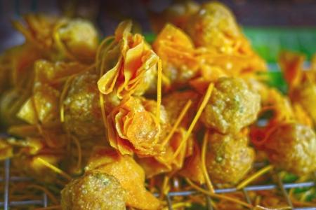 huevos de codorniz: Dumplings fritos - envuelto huevos de codorniz.