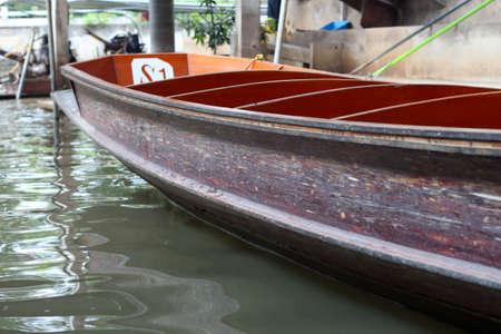 ライフ スタイル ダムヌンサドゥアク水上マーケット - 2013 年 12 月 30 日にタイ
