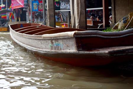 saduak: Lifestyle Damnoen Saduak Floating Market - Thailand on 30 December 2013