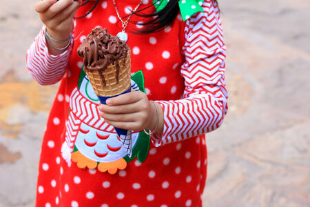 comiendo helado: Chica comiendo un helado