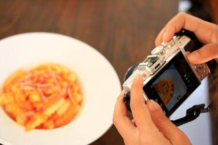 utilizando una cámara para tomar la foto