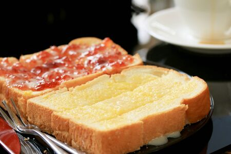 sprinkling: Toast with butter and sprinkling with sugar.
