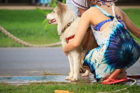mujer bañandose: perros mujer de baño Foto de archivo