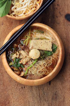 arroz chino: Fideos con carne en la sopa de estilo asi�tico Foto de archivo