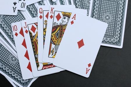 Speelkaarten op zwarte achtergrond