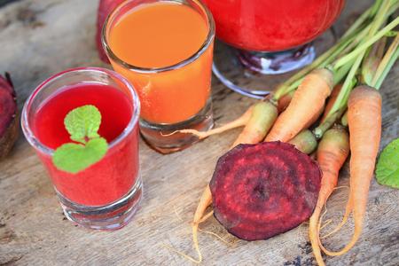 zanahoria: mezclar los jugos de remolacha y zanahoria