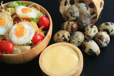 codorniz: salad vegetable quail eggs Foto de archivo