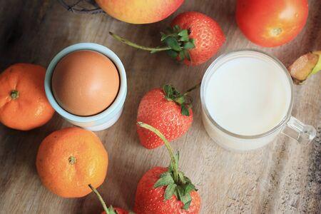 latte fresco: Latte fresco con frutta