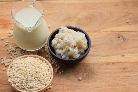 leche de soya: soymilk and barley seed