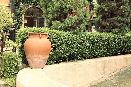 ollas de barro: Jarrones en el jardín