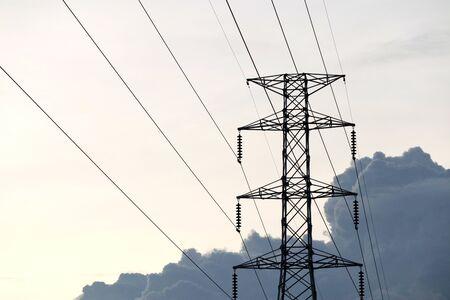 Poteau électrique haute tension Banque d'images - 81545238