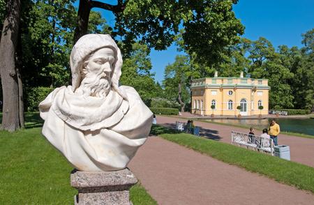 bathhouse: TSARSKOYE SELO SAINT PETERSBURG RUSSIA JUNE 2015: The sculpture in the Catherine Park. On the background is Upper Bathhouse Pavilion. The Tsarskoye Selo is State Museum Preserve