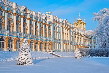 resurrección: Tsárskoye Seló, San Petersburgo, Rusia - 17 de enero, 2016: El palacio de Catherine con la Iglesia de la Resurrección. El Tsárskoye Selo es Museo del estado-Preserve. Situado cerca de San Petersburgo