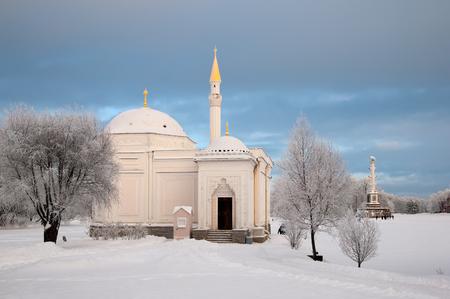turkish bath: TSARSKOYE SELO, SAINT-PETERSBURG, RUSSIA - JANUARY 17, 2016: The Turkish Bath Pavilion and The Chesme Column near The Great Pond in the Catherine Park. The Tsarskoye Selo is State Museum-Preserve