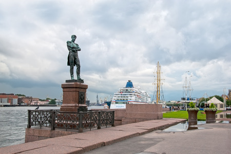 lieutenant: SAINT - PETERSBURG, RUSSIA - JULY 13, 2016: Vasilyevsky Island. Ivan Krusenstern (Russian admiral and explorer) Sculpture on Lieutenant Schmidt Embankment next to The Neva River