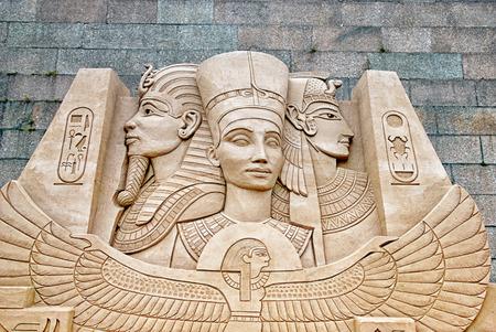 SAINT-PETERSBOURG, RUSSIE - 15 AOÛT 2016: Sculpture des dieux et des pharaons de l'Egypte ancienne sur le festival de sculptures de sable près du mur de la forteresse Pierre et Paul Banque d'images - 73736157