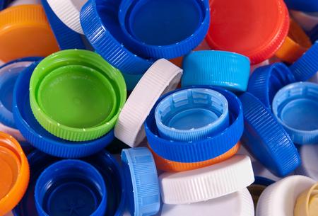 Bouchons de bouteilles en plastique comme arrière-plan. Gros plan