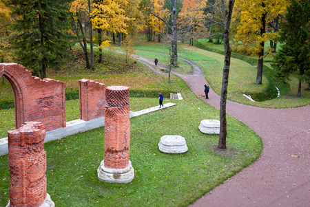 People near The Chapelle Pavilion in Alexander Park. Pushkin. Tsarskoye Selo. Russia Redactioneel