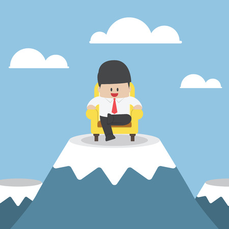 patron: exitoso hombre de negocios está sentado en el sofá en el pico de la montaña