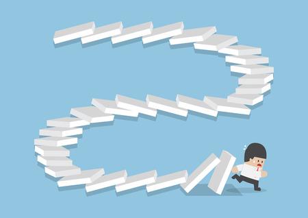 Imprenditore in fuga dalla caduta domino, effetto domino, fallimento, concetto di crisi aziendale