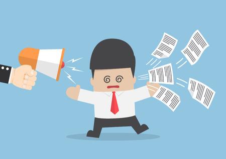 El hombre de negocios obtener demasiada información de megáfono, la información y el concepto de sobrecarga de datos
