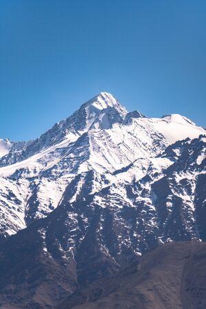 Beautiful snow covered mountains range in sunny day at Leh Ladakh, India. 版權商用圖片