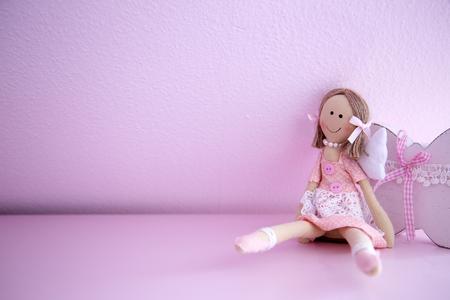 Baby op Roze Muur Stockfoto - 44260647